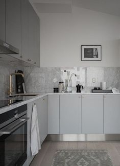 Beautiful living kitchen - via Coco Lapine Design Modern Kitchen Cabinets, Kitchen Flooring, Kitchen Countertops, Plywood Kitchen, Kitchen Faucets, Oak Cabinets, Living Room Kitchen, New Kitchen, Kitchen Decor