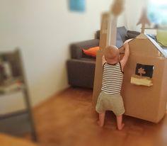 Ein  Kartonhaus: die wohl günstigste, schnellste und tollste Spielidee für Kleinkinder. Unser Zwerg liebt es..... Minis, Gadgets, Toddler Bed, Adventure, Home Decor, Cardboard Playhouse, Diy Playhouse, Moving Boxes, Play Ideas