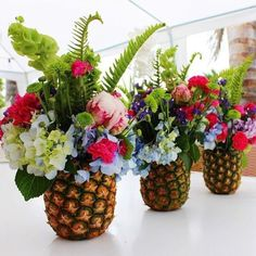 Great centerpiece for a beach or tropical wedding Great decoration ideas for … Modern is part of Pool party kids - Great centerpiece idea for a beach or tropical wedding Tolle Deko Ideen für Great centerpiece Pineapple Centerpiece, Pineapple Vase, Tropical Centerpieces, Tropical Flower Arrangements, Tropical Party Decorations, Tropical Party Foods, Floral Centrepieces, Pineapple Flowers, Beach Decorations