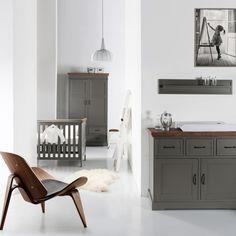 Praktische babykamer met meubels gemaakt van hoogwaardig MDF materiaal. De grijze afwerking in combinatie met de naturel details zorgen voor een uniek geheel.
