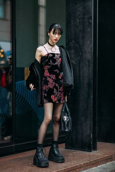Fall Street Style Outfits to Inspire Fall street style fashion / fashion week Tokyo Street Fashion, Japanese Street Fashion, Milan Fashion, Look Fashion, Korean Fashion, Tokyo Street Style, Model Street Style, 90s Fashion, Fashion Styles