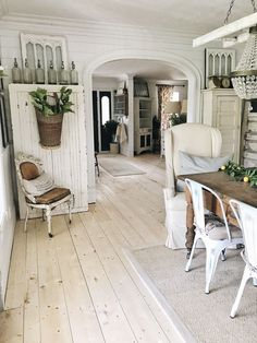 Most current Photos country Farmhouse Chic Concepts Farmhouse chic is all the rage in home decor these days, thanks largely to Chip and Joanna Gaines fr Country Farmhouse Decor, Farmhouse Chic, White Farmhouse, Farmhouse Lighting, Industrial Farmhouse, Shabby Chic Homes, Shabby Chic Decor, Vintage Decor, Muebles Shabby Chic