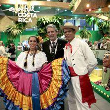 El ministro de Turismo de Costa Rica, Mauricio Ventura posa con animadores del stand costarricense de la feria turística ITB.