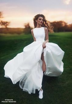 I really like simplistic wedding dresses and this high neck cut is really eye-catching to me.