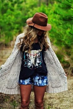 Try these ideas for Boho-chic summer outfits. For more, check the images of Stylish Boho-Chic Summer Outfits to Look Gorgeous. Boho Outfits, Style Outfits, Boho Chic Outfits Summer, Country Chic Outfits, Bohemian Outfit, Cowboy Outfits, Spring Outfits, Summer Concert Outfits, Country Concert Outfits