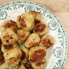Boulettes de poulet sésame et épices, mi-nuggets, mi-boulettes, cette recette parfumée aux épices douces se sert aussi bien à l'apéritif, qu'en plat.