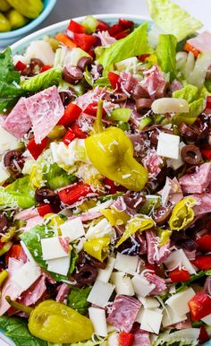 Salad Muffaletta Salad with lots of meat, cheese, and olives.Muffaletta Salad with lots of meat, cheese, and olives. Clean Eating, Healthy Eating, Soup And Salad, Pasta Salad, Quinoa Salad, Quinoa Rice, Antipasto Salad, Meat Salad, Chicken Salad