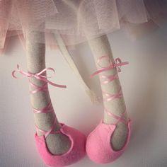 Sneak peak! 💕 #ballerina #ballerinadoll #ballettslippersfordolls #ballerinaclothdoll #sneakpeak #handmade #pink #pastel #ooakdoll #tutuskirtsfordolls #kidsinterior #linen #tulle #peanut_and_elliott_