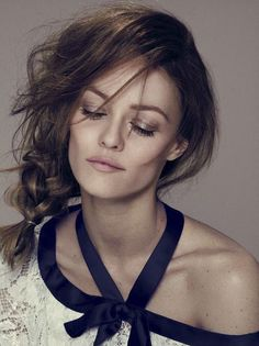Vanessa Paradis is pretty enough to be a princess ! She's so beautiful ! If she kissed me, I'd turn into a prince ! Vanessa Paradis, Look Fashion, Fashion Beauty, French Fashion, Pretty People, Beautiful People, French Actress, Lily Collins, Mode Style