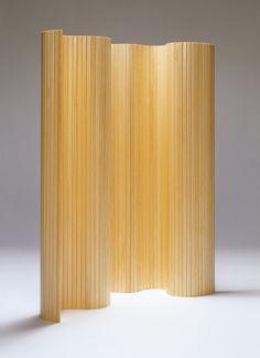 Divisor #Screen100 diseñado por #AlvarAalto en 1935 para #Artek. Con sus 3m de largo, funciona a la perfección para separar ambientes o como pieza escultórica para un espacio generoso.