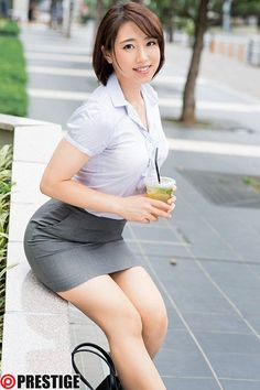 Japan kawaii office lady having a drink to quench her thirst. Japanese Sexy, Japanese Beauty, Asian Beauty, Japanese Office Lady, Office Skirt, Beautiful Young Lady, Beautiful Ladies, Kawaii, Pretty Asian
