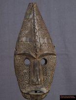 Vieux beau masque avec une belle patine noire, des dessins géométriques, typiques de Timor, sculptés sur les joues et le sommet du crâne. La tête est pointue. Ce masque nétait pas destiné à être porté, mais à être accroché à un mur.
