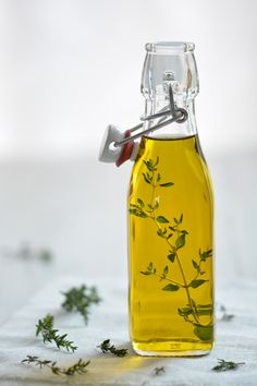A last-minute Christmas gift or just a treat for yourself: this quick and easy homemade herb oil is guaranteed to please any foodie.