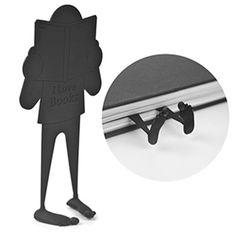 Marca páginas diseñado en plástico con forma de un hombre leyendo, en color negro