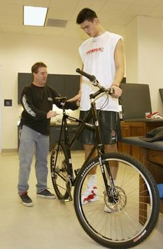 So there are frame sizes for everyone! Chinese NBA player Yao Ming and his #bike