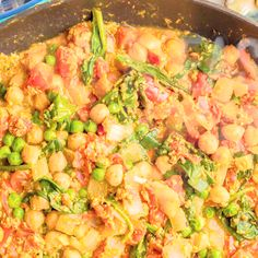 This quick and easy VEGETARIAN CURRY is loaded with chickpeas, spinach, green peas and plenty of warm spices for a bright, beautiful and flavorful dinner! Ready in just 15 minutes! Easy Vegetarian Curry, Vegetarian Recipes, Healthy Recipes, Easy Skillet Meals, Easy Meals, Curry Recipes, Beef Recipes, Mexican Food Recipes, Dinner Recipes