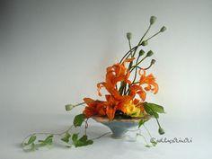 ✿ Bild des Tages: Taglilien mit Mohnkapseln und Ackerwinde.  Blumen erfreuen das Herz! So kitschig wie es klingt - so wahr ist es. Blumen transportieren Emotionen. Dieses Blumengesteck zeigt die Schönheit des Vergänglichen. Verblüht ist der rote Mohn. Jetzt zeigen die dicken Kapseln ihre Formen.