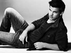 Taylor Lautner pictures and photos. Taylor Lautner portrays Jacob Black from Twilight, New Moon movie, Eclipse, and Breaking Dawn. Taylor Lautner, Beautiful Men, Beautiful People, Actrices Hollywood, Raining Men, Jacob Black, Attractive Men, My Guy, Actors & Actresses