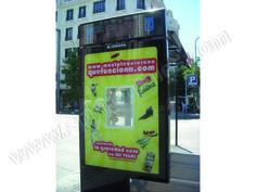 Mobiliario Urbano Espectacular | SP Integrales Publicidad en marquesina de autobús con muestras de producto