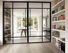 Geluidsdempende stalen schuifdeuren tussen keuken en - Keuken en woonkamer in dezelfde kamer ...