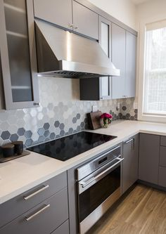 """For a small kitchen """"spacious"""" it is above all a kitchen layout I or U kitchen layout according to the configuration of the space. Kitchen Room Design, Best Kitchen Designs, Modern Kitchen Design, Kitchen Layout, Home Decor Kitchen, Interior Design Kitchen, Kitchen Furniture, Kitchen Tile Designs, Contemporary Kitchen Tiles"""