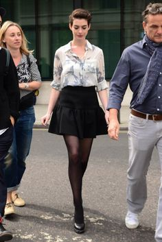 Hair and outfit on point! Anne Hathaway Style, Look 2018, Divas, Beautiful Actresses, Types Of Fashion Styles, Beauty Women, Love Fashion, Celebrity Style, Short Hair Styles