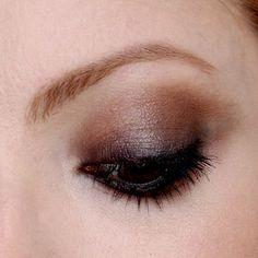 Julia Petit ensina maquiagem preta com sombra lápis e sombra terracota, e também como dar volume nas pontas dos cabelos.