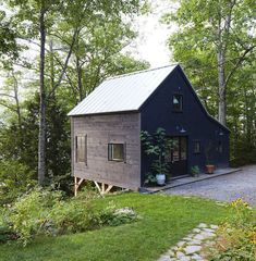 30 Black Houses That Make Us Want to Go to the Dark Side is part of Exterior house materials Care to join us It& very chic over here - Design Exterior, Black Exterior, Brick Design, Exterior Paint, Dark House, Dark Siding House, Cabins And Cottages, Cabins In The Woods, Architecture