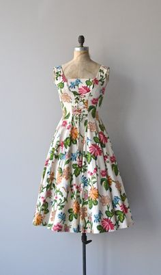 Vintage 1950s floral print barkcloth dress with corset laced bodice, wide set shoulder straps, nipped waist, very full skirt and metal back zipper. The barkcloth fabric has the most satisfying weight and movement. ✂-----Measurements fits like: small bust: 34 waist: 26 hip: free length: 43.5 brand/maker: condition: excellent To ensure a good fit, please read the sizing guide: http://www.etsy.com/shop/DearGolden/policy ➸ More vintage dresses ✩ https://www.etsy.com/shop/DearGold...