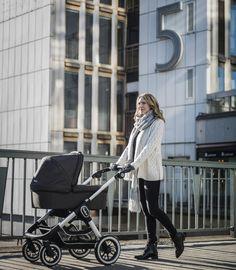 Emmaljungas NXT90 er den første barnevognen i Emmaljungas nya svenskproduserte, håndlagde og eksklusive NXT-serien, designet for den moderne familien. NXT90 er en solid, moderne, sporty og elegant vogn med høykomfort og sikkerhet, produsert i Sverige. Kan Brukes fra fødselen opp til 3år