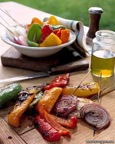 Grilled Mixed Peppers and Onions Skewering the onion slices through all the layers ensures ease of grilling and keeps pieces of onion from falling through the grill. Grilled Peppers And Onions, Stuffed Peppers, Perfect Grill, Grilling Sides, Gula, Onion Recipes, Pepper Recipes, Vegetable Side Dishes, Veggie Side