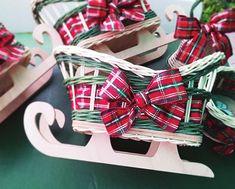 Sánky z pedigu poslúžia ako vianočná dekorácia, ale môžete ju použiť aj na Mikuláša a deťom do nich nachystať ovocie, oriešky, sladkosti alebo uhlie, podľa toho, či je Mikuláš len zábava alebo pedagogická príležitosť:) 4th Of July Wreath, Christmas Decorations, Gift Wrapping, Wreaths, Ale, Gifts, Things To Make, Gift Wrapping Paper, Presents