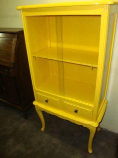 armári antigo amarelo