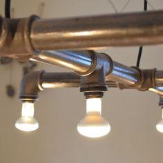 """Hängelampe """"Loki 2.2"""", unsere größte unter unseren Designlampen aus Stahlrohr, achtflammig und mit drei Querarmen, lässt """"Loki2.2"""" jeden noch so großen Esstisch in angenehmem Licht..."""