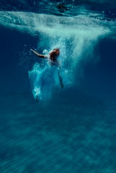 18 Beautiful Photos of Brides Like You've Never Seen Them Before Underwater Photos, Underwater Photography, Art Photography, Bridal Photography, Street Photography, Landscape Photography, Fashion Photography, Between Two Worlds, Under The Sea
