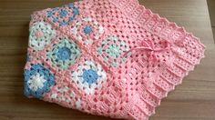 Manta de crochê feita em lã especial para bebê, Pode ser usada até 4 cores diferentes.    AS CORES PODEM SER ESCOLHIDAS PELO CLIENTE    Pode ser feita em azul ou outra cor para bebês meninos.    Fita de cetim    Ao efetuar a compra, contatar vendedora para opção de cores.