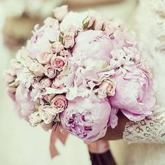 We love this #beautiful #bouquet of roses and #peonies 🌸💕 by @theemptyvase 💕💕💕 Perfect for any early summer #wedding💕