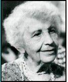 """Psicanalista austríaca, filha de Sigmund Freud chamado """"o pai da psicanálise"""", dedicou-se também ao estudo do comportamento humano e fez parte das pioneiras em psicologia infantil. De 1925 a 1938, Anna foi presidente do Instituto de Formação Psicanalítica de Viena e, entre 1940 e 1945, organizou, em Londres, a Residential War, uma residência para crianças órfãs de guerra (2ª Guerra de 193"""