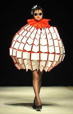 Crazy fashion - Поиск в Google Crazy Runway Fashion, Bad Fashion, Fashion Fail, Funny Fashion, Quirky Fashion, China Fashion, Fashion Models, Fashion Show, Fashion Design