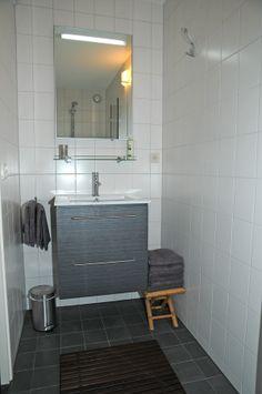 www.debergpoort.nl  Fijn bed and breakfast in Deventer. Moderne badkamer met heel veel doucheruimte.
