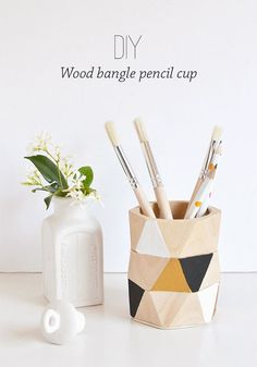 back to school crafts: DIY pencil cup made from wood bangles. Maybe try with other bracelets Glow Stick Jars, Glow Jars, Cool Diy Projects, Craft Projects, Diy Pom Pom Rug, Monogram Stencil, Do It Yourself Inspiration, Back To School Crafts, Pencil Cup