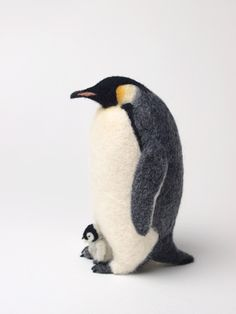 Miki Ichiyama needle felted Emperor Penguin and Chick Wool Needle Felting, Needle Felting Tutorials, Needle Felted Animals, Wet Felting, Felt Animals, Bordado Popular, Felt Penguin, Felt Fairy, Felt Birds