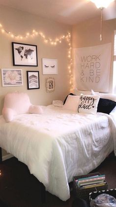 42 Unordinary Apartment Living Room Decorating Ideas On A Budget. Unordinary Apartment Living Room Decorating Ideas On A One of the most important rooms in the house is the living room. This is where the family gathers in […] Cute Bedroom Ideas, Cute Room Decor, Diy Home Decor Bedroom, Teen Room Decor, Bedroom Inspo, Cozy Teen Bedroom, Preteen Bedroom, College Bedroom Decor, Apartment Bedroom Decor