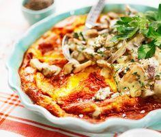 Omelett i ugn är enklaste sättet att göra en fin omelett på som räcker till många. Här får omeletten god smak av en mild svampstuvning som görs med champinjoner, skogschampinjoner eller portabello. Omelett i ugn passar på buffén eller till lunch med en god grönsallad.