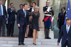 Emmanuel et Brigitte Macron sortent main dans la main de l'Elysée