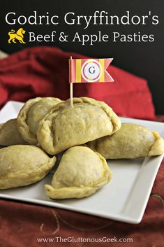 recipes meat Harry Potter This recipe for Beef and Apple Pasties, made with tea-caramelized onion and blue cheese, is inspired by Hogwarts Founder Godric Gryffindor. Recipe by The Gluttonous Geek. Harry Potter Treats, Harry Potter Food, Harry Potter Recipes, Harry Potter Cookbook, Harry Potter Fiesta, Beef Recipes, Cooking Recipes, Sushi, Brunch
