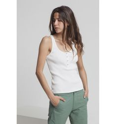 47327de0f2c7b Débardeur blanc en coton biologique équitable est l un des indispensables  d une garde