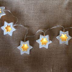 Guirnalda decorativa LED en forma de estrellas en color blanco embejecido. Puedes ponerla donde quieras. Funciona con 3xAAA (pilas incluidas). Longitud: 1,2 metros.
