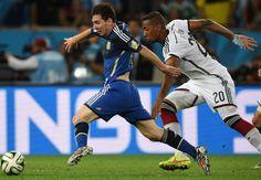 Messi y el defensa alemán Jerome Boateng compiten por el balón.