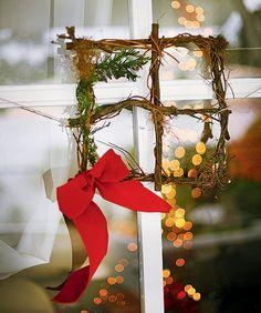 Modelo quadrado de guirlanda, feito pela La Calle Florida, tem raminhos e laço de fita (Decoração de Natal | Christmas decor)